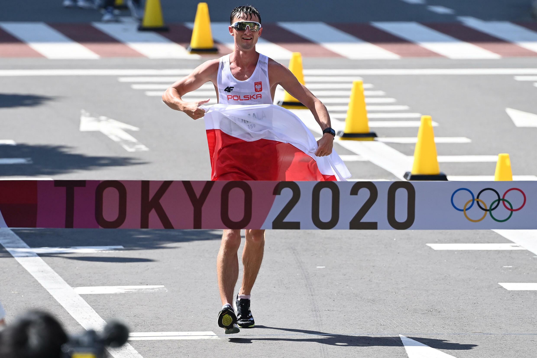 El polaco Dawid Tomala cruza la meta de los 50 kilómetros marcha de los Juegos de Tokio-2020, el 6 de agosto de 2021 en Sapporo