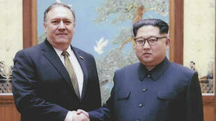 Une poignée de mains entre Kim Jong-un et Mike Pompeo, le 26 avril 2018.