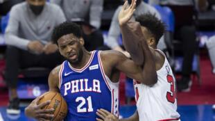 Joel Embiid des Philadelphia 76ers en NBA contre les Chicago Bulls le 20 février 2021 au Wells Fargo Center à Philadelphie