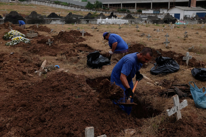 Los sepultureros trabajan durante el brote de Covid-19, en el cementerio de Sao Francisco Xavier en Río de Janeiro, Brasil, el 11 de abril de 2020.