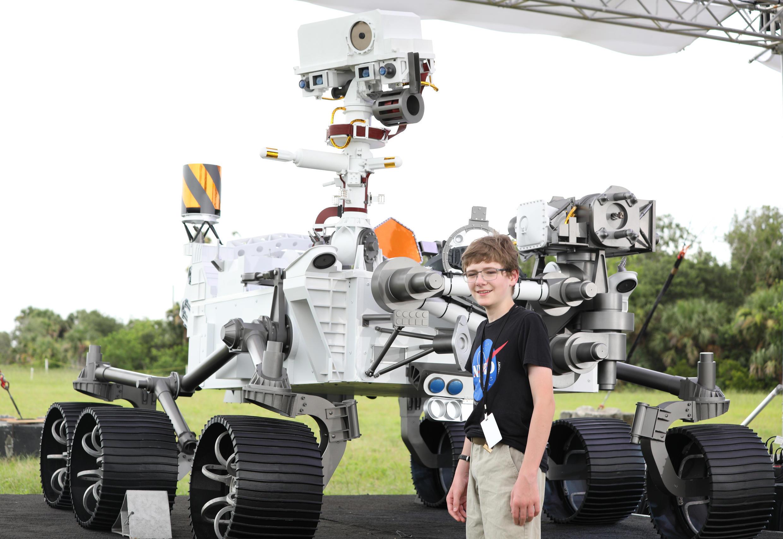Alex Mather, de 13 años, propuso el nombre de Perseverance a la Nasa. Aquí posa junto con una maqueta a tamaño real del rover, el 28 de julio de 2020 en Cabo Cañaveral