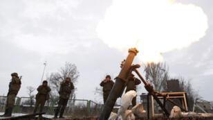Des soldats ukrainiens, le 8 décembre 2014, près de l'aéroport de Donetsk.