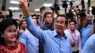 رئيس الوزراء الكمبودي هون سين مع زوجته بان راني بعد الاقتراع في بنوم بنه، 29 تموز/يوليو 2018.