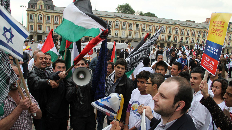 Miembros de la comunidad palestina colombiana discuten con simpatizantes de Israel que respaldan la posición de Colombia de no votar el reconocimiento de un Estado palestino en la ONU. Plaza Bolívar de Bogotá el 11 de octubre de 2011.
