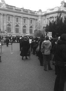 À partir de ce point, il y a 5 heures d'attente avant de pouvoir accéder à l'exposition... et il y a encore beaucoup de monde derrière. Cliché pris ce lundi à 9h30. (Crédit : France24.com)