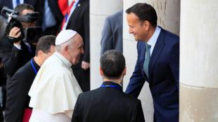 El Papa Francisco es recibido por el primer ministro de Irlanda, Leo Varakdar en el Castillo de Dublín en donde el pontífice se refirió a los miles de casos de abusos sexuales ocurridos en Irlanda.
