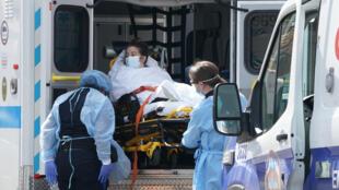 مريضة تصل إلى مستشفى في ويكوف في نيويورك في 5 نيسان/أبريل 2020