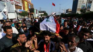 La dépouille de l'un des manifestants tué, à Kerbala, est porté dans les rues, le 4 novembre 2019.