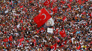 Los partidarios de Muharrem Ince, candidato presidencial del principal partido opositor Republicano Popular de Turquía (CHP), asisten a una manifestación electoral en Estambul, Turquía el 23 de junio de 2018.