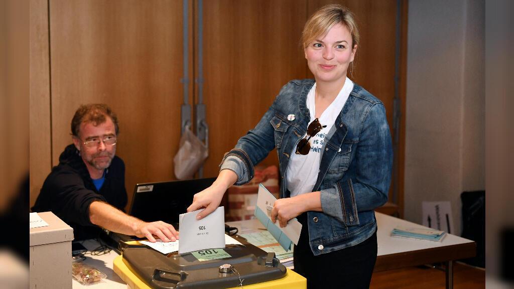 Katharina Schulze, candidata del partido verde, Alianza 90, emitió su voto para las elecciones regionales de Baviera, en Munich, Alemania, el 14 de octubre de 2018.