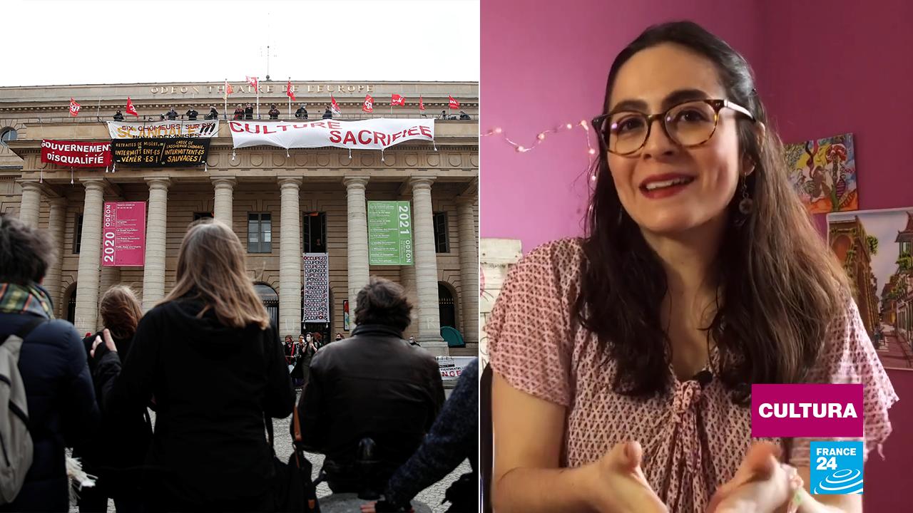 Trabajadores de la cultura cuelgan pancartas y banderas desde el balcón del Teatro del Odéon de París, para protestar contra la decisión del Gobierno francés de mantener cerrados hasta nuevo aviso los teatros, cines, salas de conciertos y museos.