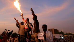 Estos manifestantes recitan consignas en medio de una manifestación frente al Ministerio de Defensa en Jartum, Sudán, el 14 de abril de 2019.