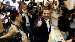 El primer ministro libanés y candidato a las elecciones parlamentarias Saad Hariri muestra su dedo manchado de tinta después de emitir su voto durante las elecciones parlamentarias en Beirut, Líbano, el 6 de mayo de 2018.