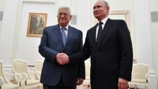 الرئيس الروسي فلاديمير بوتين مستقبلا الرئيس الفلسطيني محمود عباس في موسكو في 14 تموز/يوليو.