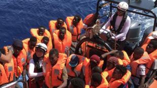 Un bote inflable, perteneciente al barco de rescate 'Ocean Viking' transporta a los migrantes rescatados durante una operación en el Mar Mediterráneo el 12 de agosto. 2019.