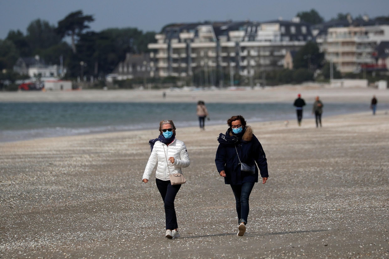 Des promeneurs sur la plage de La Baule, le 13 mai 2020.