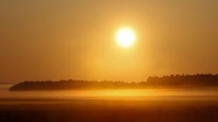 شروق الشمس فوق حقل ضبابي بالقرب من قرية خاتنشيتسي، بيلاروسيا - 23 أغسطس/آب 2019