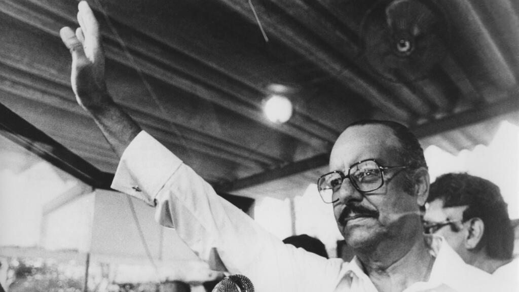 El dictador nicaragüense Anastasio Somoza saluda a sus partidarios detrás de un vidrio a prueba de balas durante una reunión en Managua en 1978, unos meses antes de ser derrocado por el movimiento nacional del Frente Sandinista el 19 de julio de 1979.
