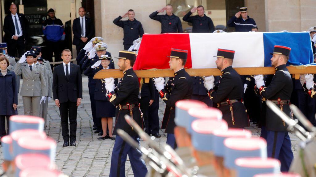 El presidente francés Emmanuel Macron se encuentra frente al ataúd cubierto de banderas del fallecido expresidente Jacques Chirac durante una ceremonia de honores de un funeral militar en Los Inválidos en París, Francia, el 30 de septiembre de 2019.