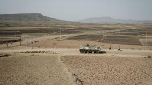 Gente camina cerca de un tanque abandonado, a pocos kilómetros de Mekele, la capital de Tigray, el 20 de junio de 2021.