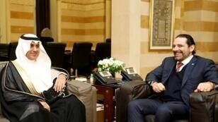 رئيس الحكومة اللبنانية سعد الحريري (يمين) يستقبل في بيروت المستشار في الديوان الملكي السعودي نزار العلولا في 26 شباط/فبراير 2018