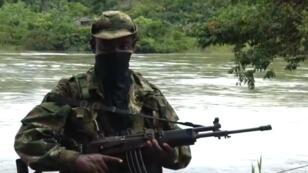 Imagen de archivo. Un integrante del ELN en la selva colombiana (ubicación desconocida).