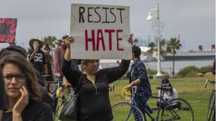 Manifestantes se reúnen para oponerse a una protesta nacionalista blanca que sucedió el 28 de abril de 2019 en Long Beach, California.