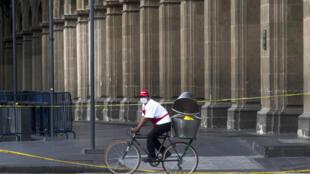 Un ciclista con mascarilla pedalea en Ciudad de México el 11 de julio de 2020