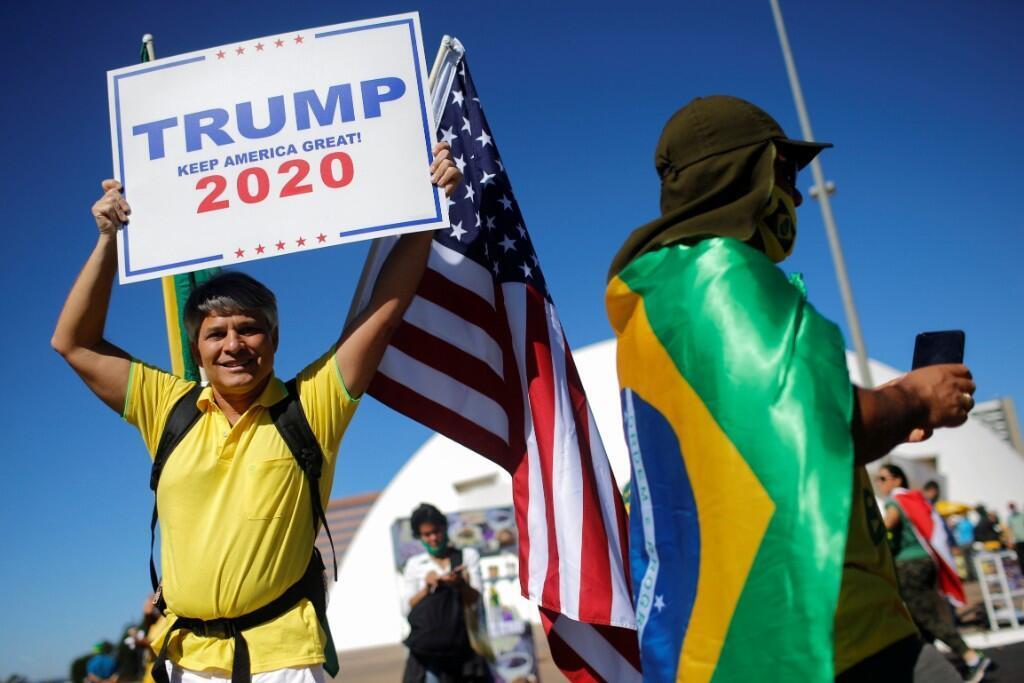 Un hombre sostiene un cartel durante una manifestación para apoyar al presidente de Brasil , Jair Bolsonaro, en Brasilia, Brasil , el 21 de junio de 2020.