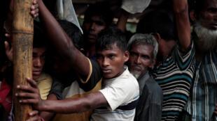 Refugiados rohingya forcejean mientras se alinean para una distribución general en el campamento de Balukhali cerca de Cox's Bazar, Bangladesh 11 de diciembre de 2017