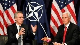 نائب الرئيس الأمريكي مايك بنس (يمين) وأمين عام حلف الأطلسي ينس ستولتنبرغ خلال مؤتمر ميونيخ للأمن. 16 شباط/فبراير 2019