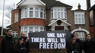 مظاهرة مساندة لحقوق الإنسان أمام سفارة كوريا الشمالية في لندن 2012