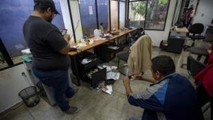 La sede del semanario Confidencial tras ser allanada por agentes de la Policía en Managua, Nicaragua, el 14 de diciembre de 2018.