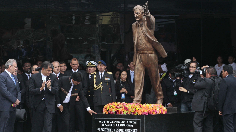 Foto de archivo de los líderes de la Unasur posando frente a la estatua en honor al expresidente argentino Néstor Kirchner durante la inauguración de la sede del organismo en Quito, Ecuador el 5 de diciembre de 2014.