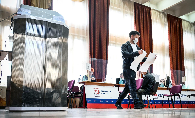 مندوبون داخل صندوق اقتراع في موسكو في 18 أيلول/سبتمبر 2021