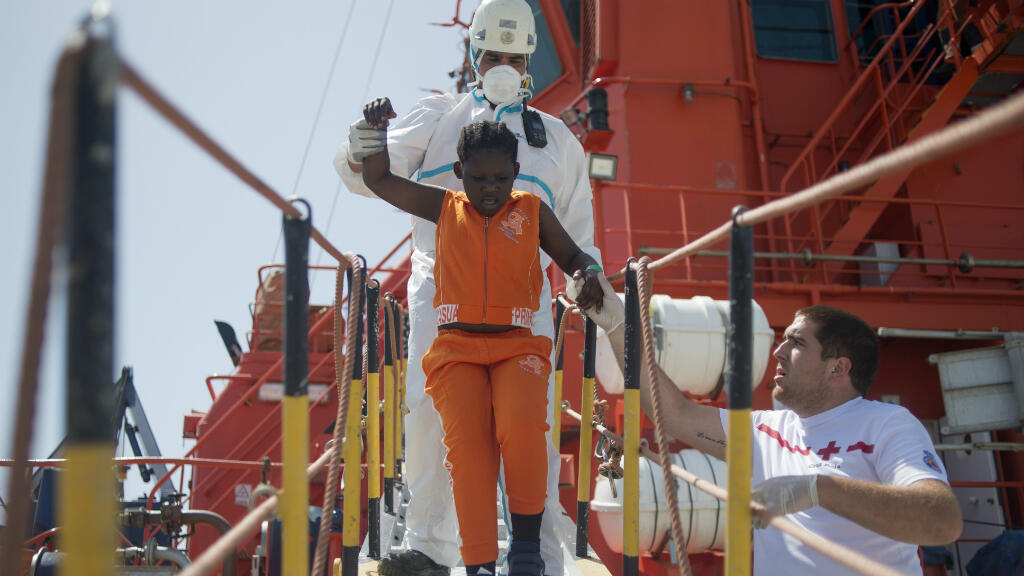 La Croix-Rouge vient en aide à une jeune fille, arrivée dans le port espagnol d'Algesiras, le 21 juillet, avec 110 autres personnes.