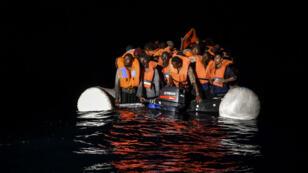 Des migrants et des réfugiés attendand d'être secourus le 5 novembre 2016 au large des côtes libyennes.