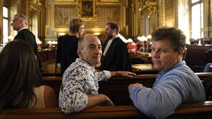 Dominique Boren (à droite) attendait avec son mari, Jerome Gourod (au centre), le 19 juin dernier la décision de la Cour de cassation qui a recommandé d'inscrire à l'état civil français son fils né de GPA en Russie.