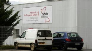 Une vidéo montre des mauvais traitements infligés à des animaux à l'abattoir intercommunal du Pays de Soule, à Mauléon-Licharre (Pyrénées-Atlantique).