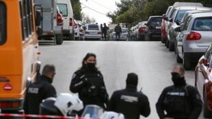 La policía griega investiga el perímetro de seguridad establecido cerca de la casa de la víctima, el periodista Yorgos Karaivaz, en Atenas, Grecia.