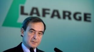 الرئيس السابق لمجلس إدارة مجموعة لافارج الفرنسية للإسمنت برونو لافون في مؤتمر صحافي في 17 فبراير 2012