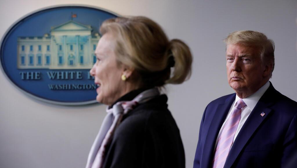El presidente de Estados Unidos, Donald Trump, mira a Deborah Birx, coordinadora de la Fuerza de Tarea contra el Coronavirus, durante la rueda de prensa del 10 de abril de 2020.