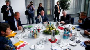 El ministro del Interior alemán, Horst Seehofer (centro) y el líder del sindicato de trabajadores del sector público alemán, Verdi, Frank Bsirske (izquierda) durante las negociaciones salariales en Potsdam, Alemania. Abril 16 de 2018.
