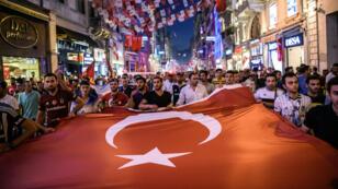 Des supporters de football se sont joints à une manifestation organisée samedi 23 juillet 2016 pour fêter l'échec du coup d'État du 15 juillet.