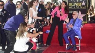 """Charles Aznavour interviewé par les médias après avoir reçu son étoile sur le """"Walk of Fame"""" d'Hollywood."""