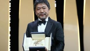 المخرج الياباني هريكازو كوري إيدا يتسلم السعفة الذهبية في مهرجان كان 2018