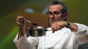 صورة الطاهي الإيطالي ماسيمو بوتورا الذي فاز مطعمه بأفضل مطعم على مستوى العالم لعام 2016