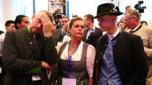 Miembros del Partido de la Unión Social Cristiana (CSU) esperan el anuncio de las encuestas de primera salida en las elecciones estatales de Baviera en Munich, Alemania, 14 de octubre de 2018.