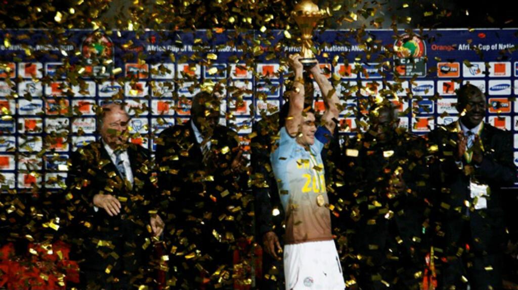 El capitán de Egipto, Ahmed Hassan, levanta el trofeo cuando su país gana su séptimo título en 2010.