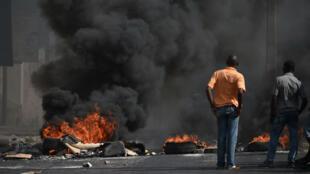 Une barricade de pneus enflammés dans une rue à Port-au-Prince, le 7 juillet 2018.